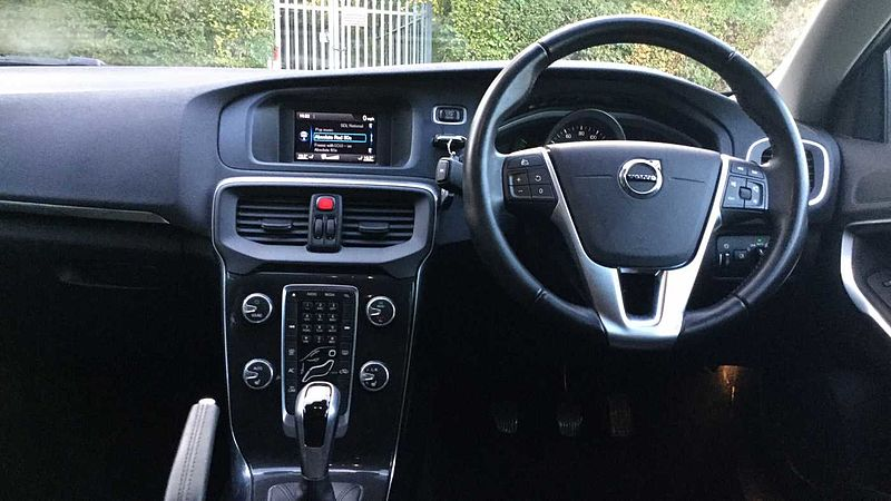 Volvo V40 D2 (120bhp) Momentum Manual, 2 SERVICES INCLUDED! * Winter Package, Tempa Spare Wheel, City Safety, DAB Radio, Bluetooth Hands-Free